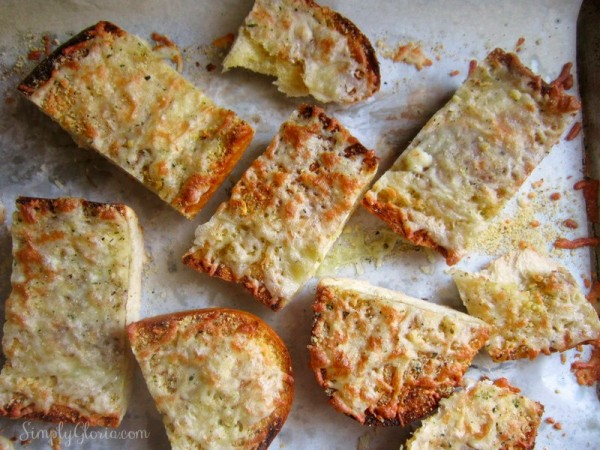 How to make easy Garlic Cheesy Bread - SimplyGloria.com