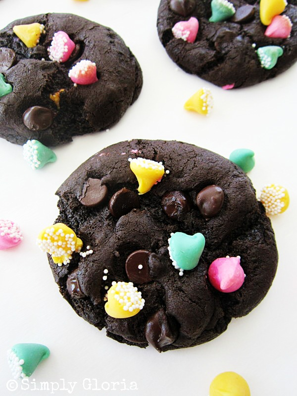 Triple Dark Chocolate Cookies - SimplyGloria.com #chocolate #cookies