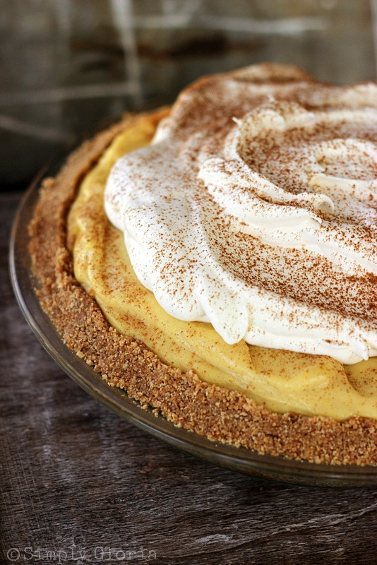 {No Bake} Eggnog Pie that is always a #1 favorite every year! #pie #eggnog