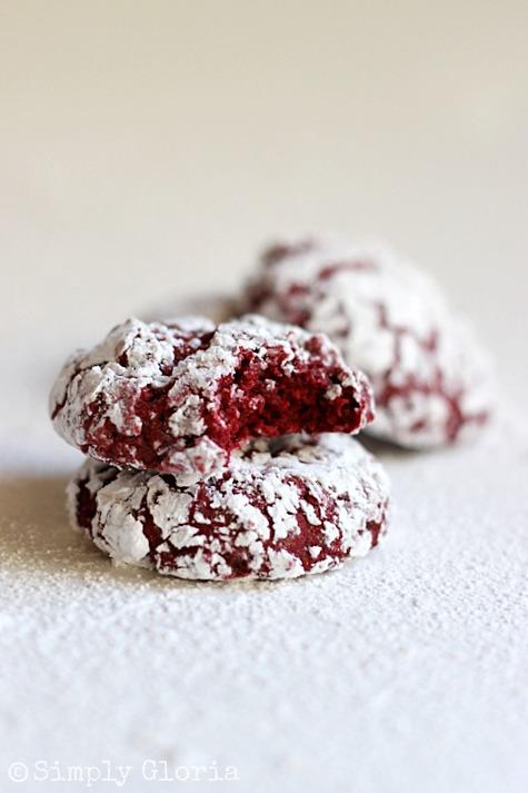Red Velvet Crinkle Cookies by SimplyGloria.com #Cookies #RedVelvet