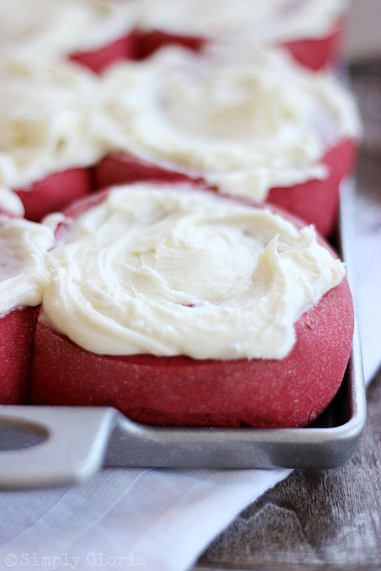 Red Velvet Sweet Rolls with White Chocolate Icing from SimplyGloria.com #RedVelvet