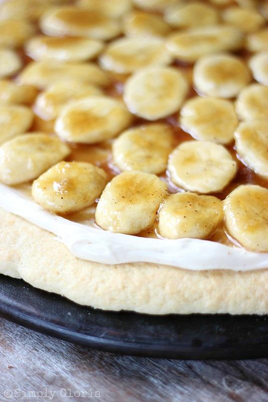Bananas Foster Cookie Pizza from SimplyGloria.com #bananasfoster