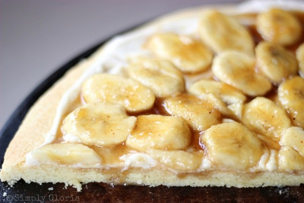 Bananas Foster Cookie Pizza from SimplyGloria.com #pizza #bananasfoster