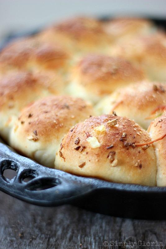 Garlic Parmesan Dinner Rolls from SimplyGloria.com #homemaderolls