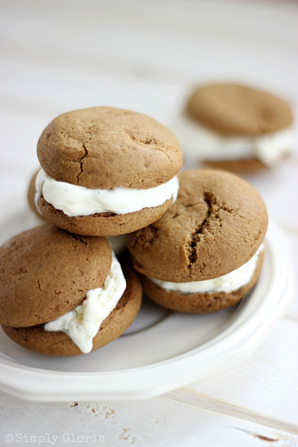 Root Beer Float Cookie Sandwiches by SimplyGloria.com #cookies #sandwiches
