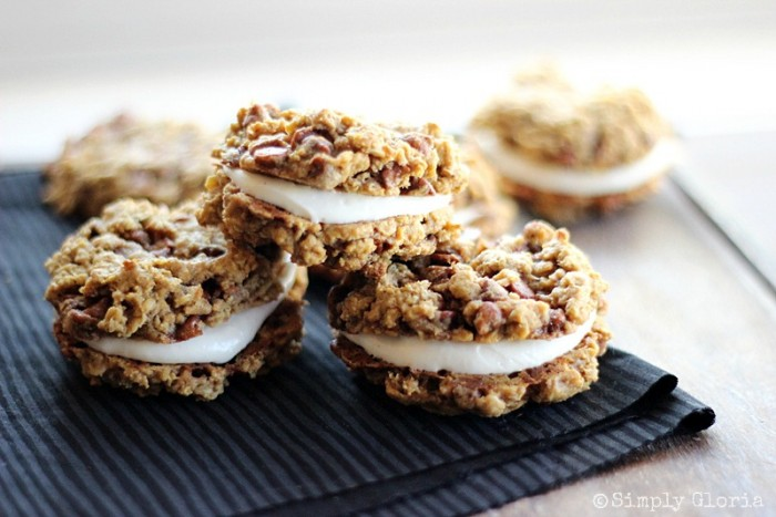 Pumpkin Cinnamon Oatmeal Whoopie Pies with cream cheese filling! #cookies #whoopiepies