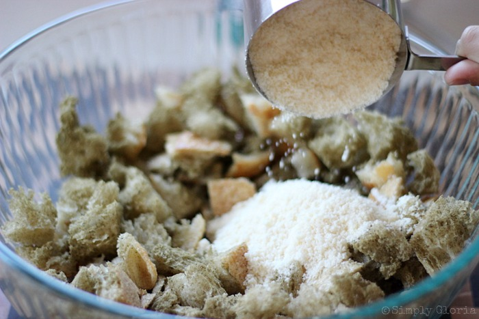 Sourdough Bread Stuffing with Italian Sausage from SimplyGloria.com #dressing v