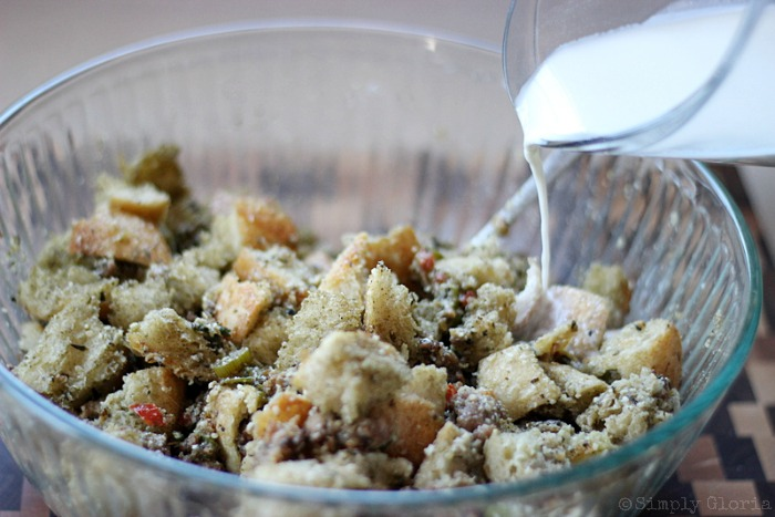 Sourdough Bread Stuffing with Italian Sausage from SimplyGloria.com #dressing viiii