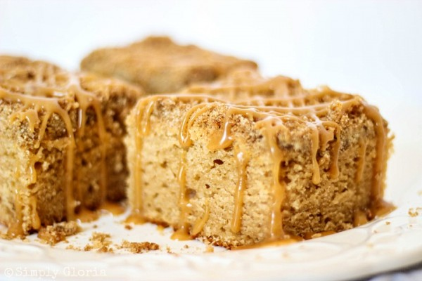 Peanut Butter Crumble Coffee Cake with Peanut Butter Glaze with SimplyGloria.com #cake #peanutbutter