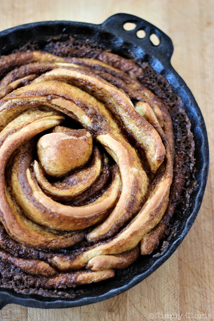Cinnamon Roll Ring with Cinnamon Cream Cheese Frosting via SimplyGloria.com #homemade